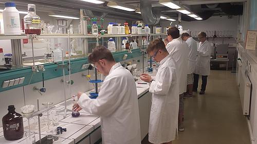 Schüler absolvieren den praktischen Teil des Spezialistenlagers