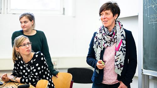 Prof. Jana Brauweiler und Studierende im Unterricht.