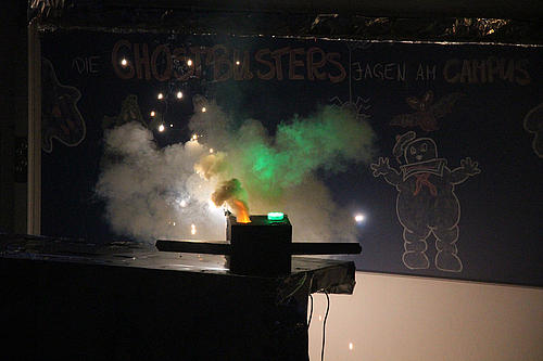 Brennendes Gefäß vor Tafel. An Tafel ist ein Geist von Ghostbusters gezeichnet