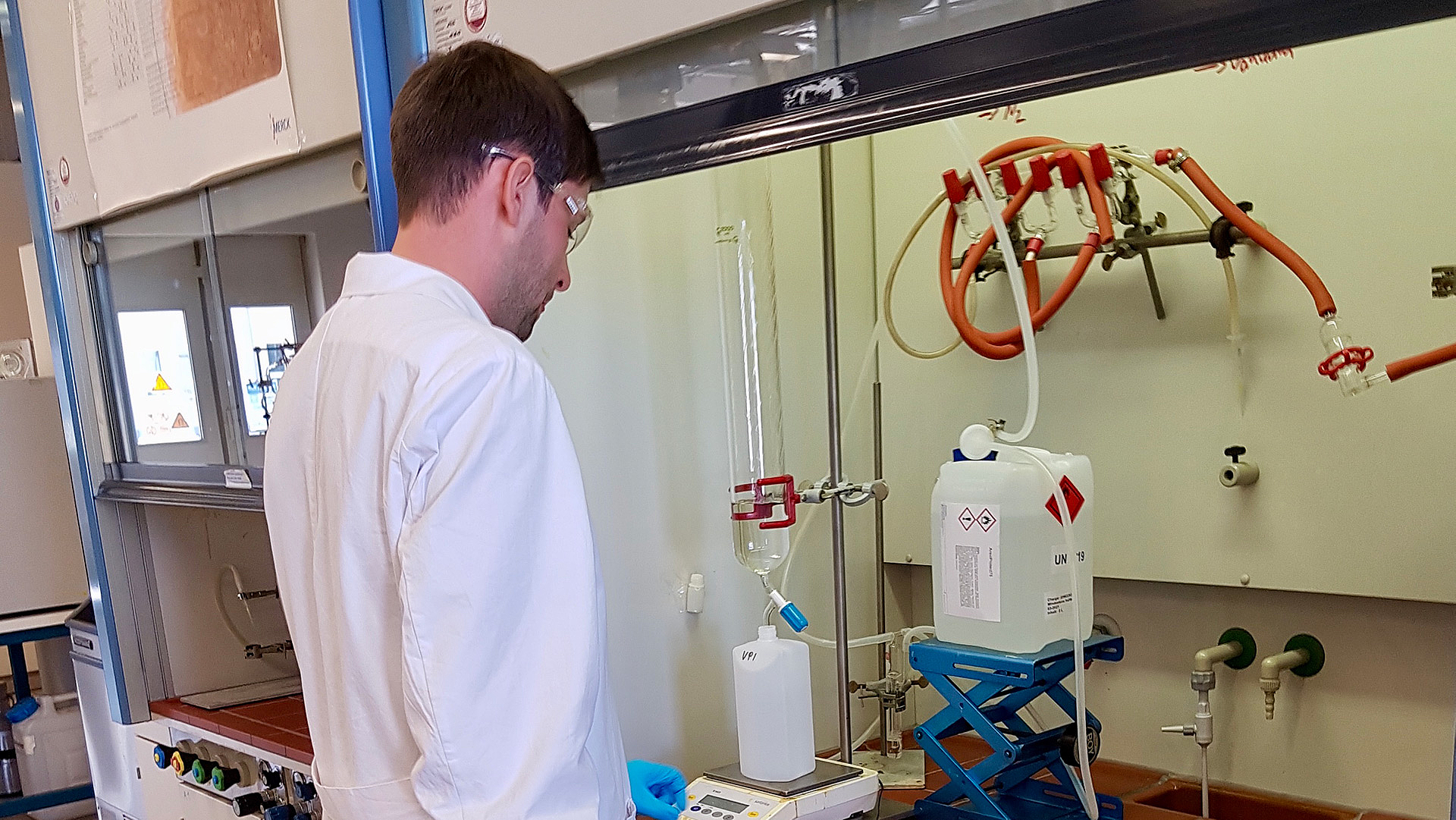 Mann in weißem Kittel im Labor