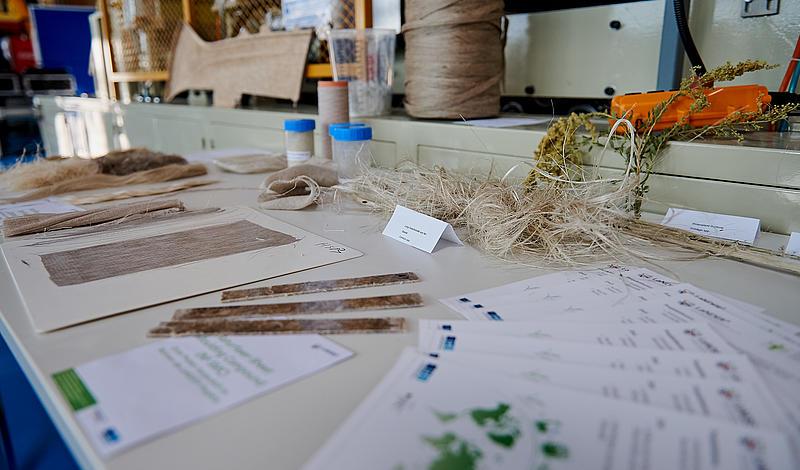 Tisch in der LaNDER³ Halle mit verschiedenen Utensilien